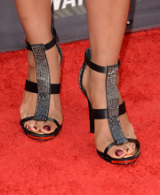 Shaun Robinson sported black strappy sandals with a studded front strap for her sleek and cool red carpet look.