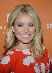 Kelly Ripa kept her bright blonde tresses looking soft and natural with a slight wave.