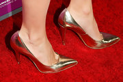 Rachel Heller kept her shoe look classic with gold pumps.