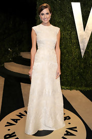 A classic white embroidered cap-sleeve gown made Allison Williams look elegant and sophisticated at the Vanity Fair Oscar party.
