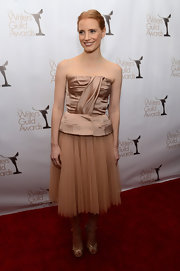 Jessica went for a monochromatic champagne color scheme at the WGA Awards. Note the adorable suit pockets on the bodice!