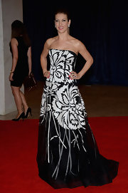 Kate Walsh chose a black-and-white floral ball gown for a totally bold and gorgeous red carpet look.
