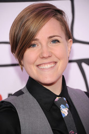 Hannah Hart styled her short hair with a deep side part for the YouTube Music Awards.