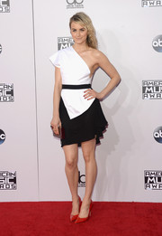 Taylor Schilling continued the ultra-modern vibe with a mirrored silver box clutch by Lee Savage.