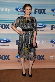 Emily Deschanel complemented her outfit with a classic quilted black clutch.