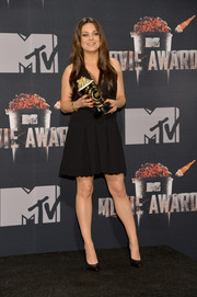 Mila Kunis opted for a simple scalloped LBD by Thakoon when she attended the 2014 MTV Movie Awards.