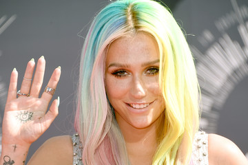 Kesha Embraces the Rainbow at the 2014 VMAs