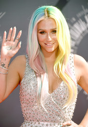 Kesha may have toned down her dress for the VMAs, but the singer amped up her look when it comes to her rainbow hair.