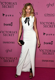 Sticking to a black-and-white theme, Karlie Kloss complemented her gown with a classic Alexander McQueen skull clutch.
