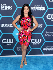 Ariel Winter complemented her vibrant dress with a pair of simple white Aldo Daeng sandals.
