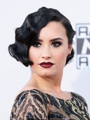 Demi Lovato brought some '20s glamour to the American Music Awards with this finger wave.