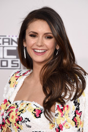 Nina Dobrev wore her hair loose with feathery waves during the American Music Awards.