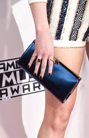 Hailee Steinfeld sported a trio of gold rings by Jennifer Fisher at the 2015 American Music Awards.