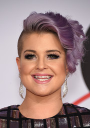 Kelly Osbourne wore a playfully glam wavy undercut at the CFDA Fashion Awards.