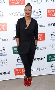 Aisha Tyler kept it easy-breezy in this baggy black jumpsuit at the Festival of Arts concert and pageant.