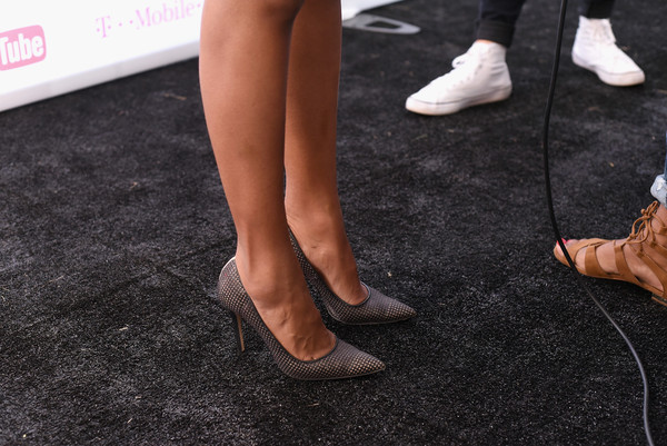 More Pics of Kerry Washington Printed Clutch (1 of 6) - Clutches Lookbook - StyleBistro [human leg,leg,footwear,ankle,foot,flooring,calf,joint,shoe,carpet,kerry washington,shoe detail,poverty,lounge,central park,new york city,global citizen festival in central park to end extreme poverty]