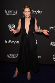 Emily Bett Rickards took a sexy plunge with this cutout LBD at the InStyle and Warner Bros. Golden Globes party.