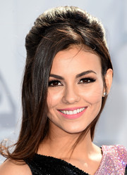 Victoria Justice worked a retro vibe with this teased half-up hairstyle at the MTV Movie Awards.
