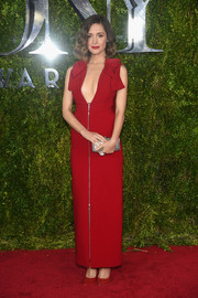 Rose Byrne took a deep plunge in this cleavage-baring crimson gown by Delpozo at the Tony Awards.
