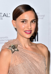 Natalie Portman chose a raspberry hue for her lips.