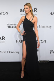 Karlie Kloss flaunted her supermodel figure at the amfAR New York Gala in a sultry black Mugler gown with a hip-high slit and a metal shoulder accent.