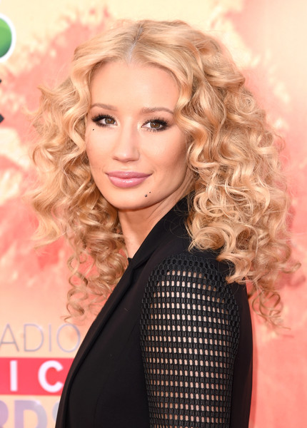 Iggy Azalea's Disco Curls and Feathered Lashes