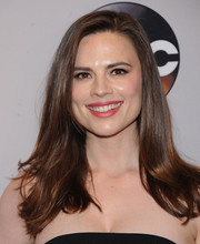 Hayley Atwell kept it casual with this loose side-parted hairstyle at the 2016 ABC Upfront.