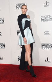 Karlie Kloss looked like a modern work of art in this two-tone asymmetrical dress by Atelier Versace at the 2016 AMAs.