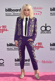 Kesha completed her pink carpet outfit with a pair of gold loafer heels by Gucci.
