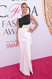 Heidi Klum was ultra modern in an asymmetrical black-and-white column dress by Roland Mouret at the 2016 CFDA Fashion Awards.