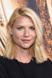 Claire Danes wore her hair down to her shoulders with just a slight wave when she attended the 2016 CFDA Fashion Awards.