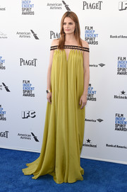 Stana Katic channeled her inner Greek goddess in a flowing chartreuse off-the-shoulder dress by Alberta Ferretti at the Film Independent Spirit Awards.