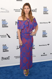 Jessica Biel looked exuberant in this brightly hued cold-shoulder paisley dress by Roland Mouret at the Film Independent Spirit Awards.
