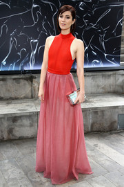 Mary Elizabeth Winstead styled her dress with a modern silver box clutch by Giuseppe Zanotti.