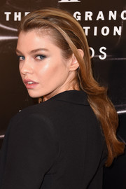 Stella Maxwell wore her hair in loose waves with the sides tucked behind her ears when she attended the 2016 Fragrance Foundation Awards.