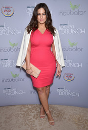 Ashley Graham opted for neutral-toned accessories, including a classic croc-embossed clutch.