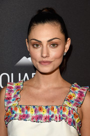 Phoebe Tonkin kept her eyeshadow neutral with brown and green tones that brought out the Aussie star's olive eyes.