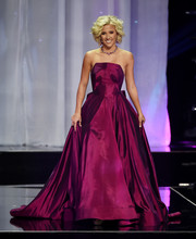 Savannah Chrisley looked ultra glam wearing a strapless ballgown in a gorgeous orchid hue at the 2016 Miss Teen USA competition.