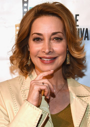 Sharon Lawrence looked glam wearing this feathery 'do at the 2016 Nashville Film Festival.