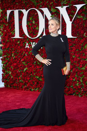 Marlee Matlin looked regal at the 2016 Tony Awards in a black Jovani fishtail gown with a bedazzled neckline and cuffs.