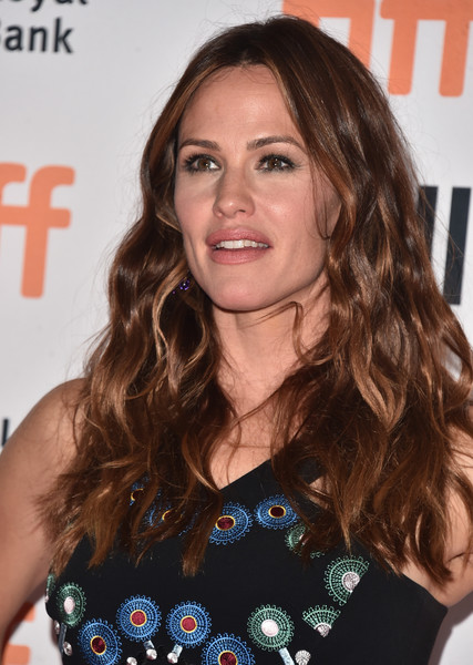 Jennifer Garner wore her hair down with a center part and lush waves at the TIFF premiere of 'Wakefield.'