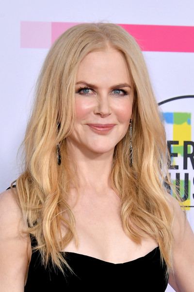 Nicole Kidman attended the 2017 American Music Awards wearing a loose, slightly messy hairstyle.