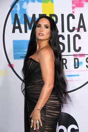 Demi Lovato accessorized with some chunky diamond rings by Gismondi 1754 at the 2017 AMAs.