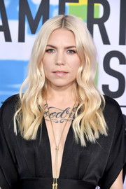 Skylar Grey wore her hair in radiant blonde waves at the 2017 American Music Awards.