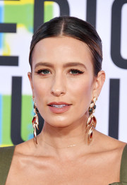Renee Bargh opted for a fuss-free center-parted ponytail when she attended the 2017 American Music Awards.