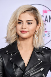 Selena Gomez debuted a textured blonde bob at the 2017 American Music Awards.