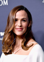 Jennifer Garner kept it girly with this side-parted 'do with curly ends at the 2017 Baby2Baby Gala.