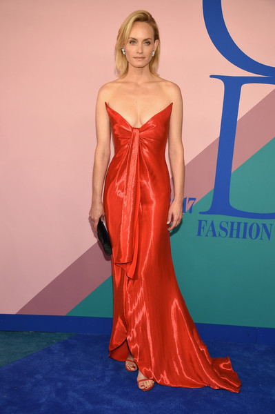 Amber Valletta was beyond gorgeous in this strapless red Oscar de la Renta gown at the 2017 CFDA Fashion Awards.