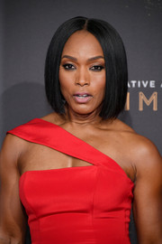 Angela Bassett wore a perfectly neat center-parted bob at the 2017 Creative Arts Emmy Awards.
