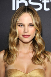 Halston Sage went for hippie glamour with this center-parted wavy 'do at the InStyle and Warner Bros. Golden Globes post-party.